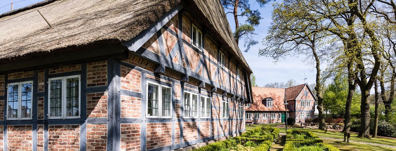 Heimathaus und Neues Rathaus im Frühling